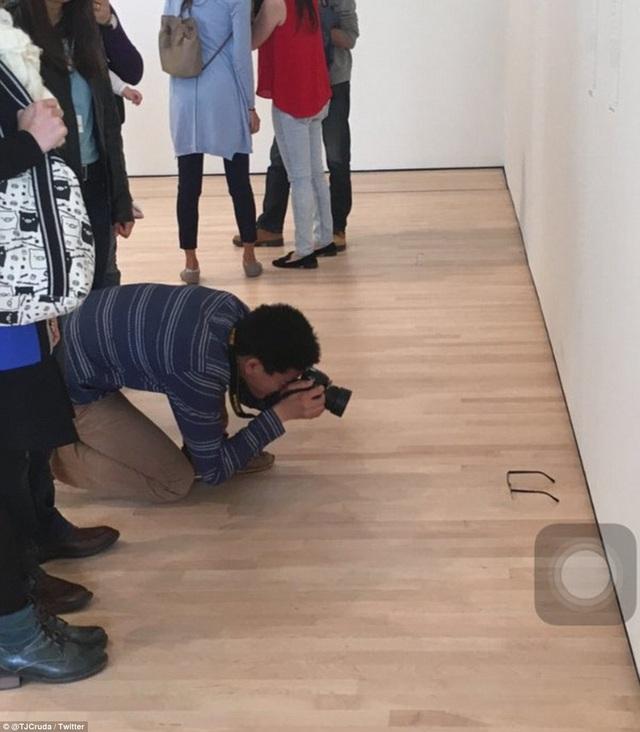 """Cậu thanh niên TJ Khayatan đã khiến nhiều du khách tham quan triển lãm tưởng nhầm rằng chiếc kính của cậu là một sắp đặt nghệ thuật. Có những du khách đã """"lăn lê bò toài"""" để thâu tóm được góc nhìn nghệ thuật của chiếc kính."""