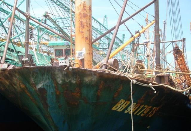 Tàu vỏ thép BĐ 99179 TS của ngư dân Mai Văn Chương (trú huyện Phù Cát, Bình Định) do Công ty TNHH Đại Nguyên Dương đóng hạ thủy không lâu đã xuống cấp nghiêm trọng