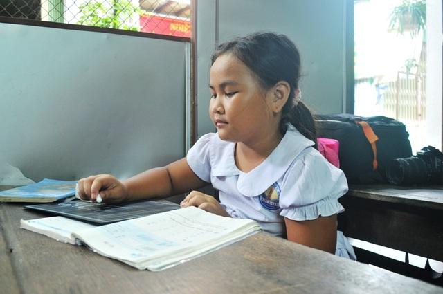 Cháu Phan Thị Thùy My cho biết, em rất ham học và muốn sau này trở thành cô giáo để mở lớp học tình thương, dạy chữ cho các bạn có hoàn cảnh khó khăn như em
