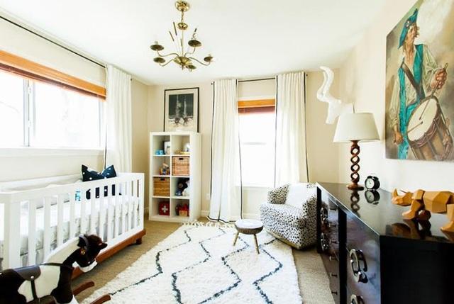 Chỉ cần thêm vào một tấm thảm trải sàn, không gian đã trở nên cao cấp và thân thiện hơn rất nhiều. Bên cạnh đó, tấm thảm cũng là nơi vui chơi lý tưởng của bố mẹ và bé.