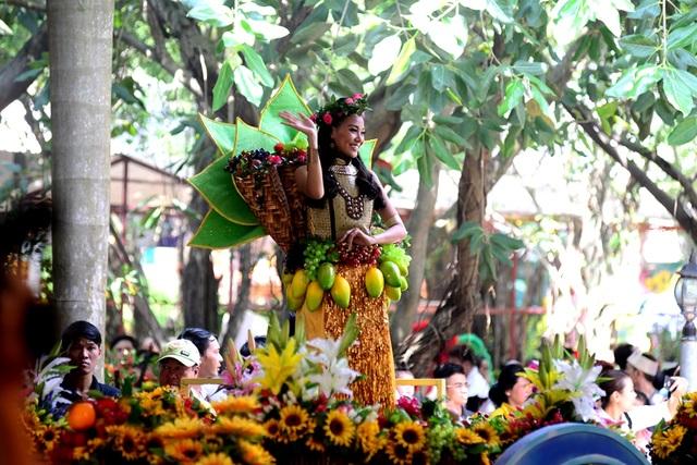 Nàng sơn nữ bên bộ trang phục kết hợp trái cây.