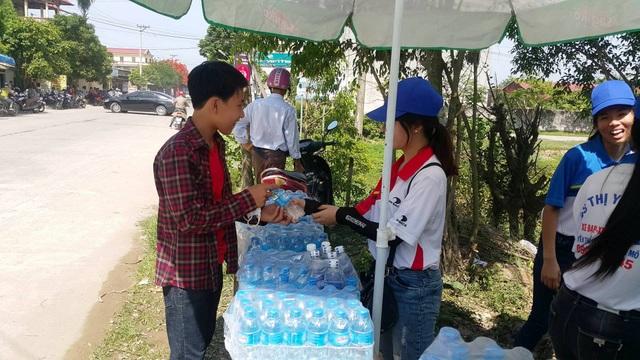 Các tình nguyện viện tiếp sức nước uống giải nhiệt giúp thí sinh bớt căng thẳng trong những ngày thi nắng nóng.