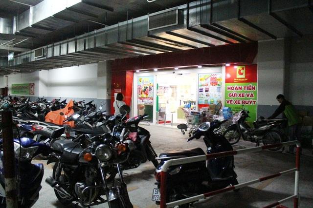 Ngay cổng chính siêu thị trong tầng hầm là bãi giữ xe.