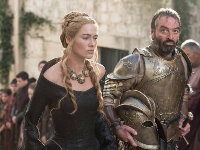 Cersei tới lễ tang của cha mình. Giờ đây, những nhân vật đáng kể còn lại của gia tộc Lannister chỉ còn lại Cersei và Jaime.