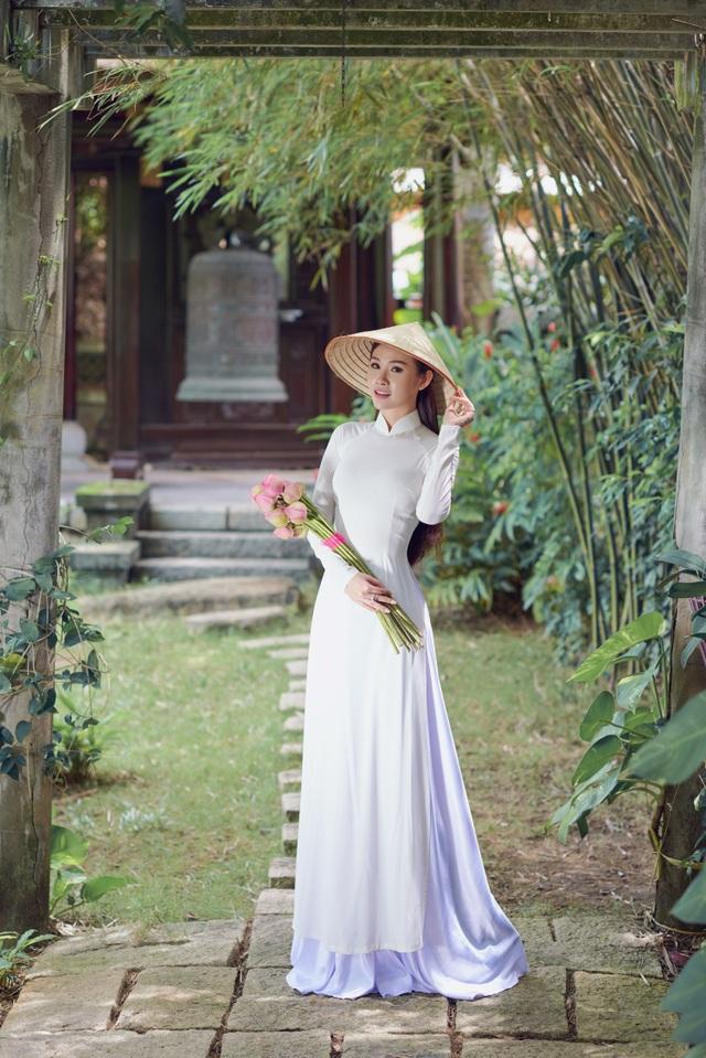 Người đẹp Hoa hậu Hoàn vũ Thanh Trang khoe vẻ mềm mại, tinh khôi với áo dài - 4