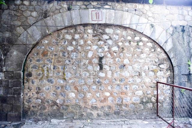 Cận cảnh một vòn cầu được xây bịt kín từ nhiều năm trước.