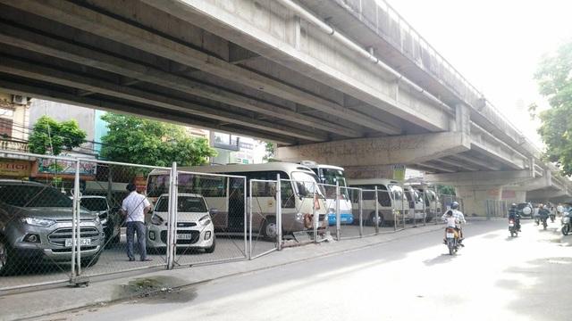 Gầm cầu vượt Thanh Bình, thành phố Ninh Bình bị biến thành bãi đỗ xe ô tô ngay giữa trung tâm thành phố.