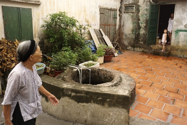 Cũng tại xã Đan Phượng, một giếng cổ nằm ven đường được xem như dấu tích lập làng khi xưa, đến nay vẫn còn được sử dụng.