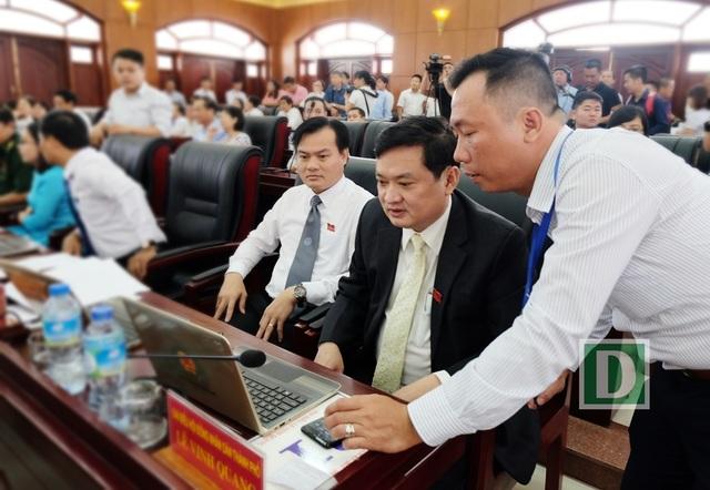 Các đại biểu HĐND TP. Đà Nẵng thực hiện biểu quyết trực tuyến với tài khoản mạng và máy tính xách tay.