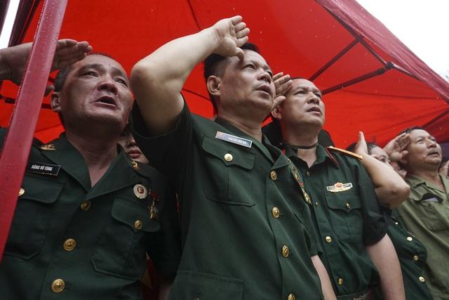 Các cựu binh F356 hát Quốc ca và chào các đồng đội đã hy sinh ở lễ dâng hương tại Nghĩa trang Vị Xuyên.