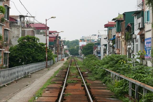 Cầu đường sắt nối từ phố Phùng Hưng đến ga Long Biên được người Pháp xây dựng hơn một trăm năm trước tạo thành đoạn đường tàu hoả cao ngang một tầng nhà, chạy len lỏi trong khu phố cổ Hà Nội.