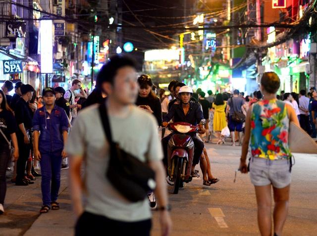 Dù bị cấm nhưng một số người thiếu ý thức, vẫn chạy xe máy vào phố đi bộ.