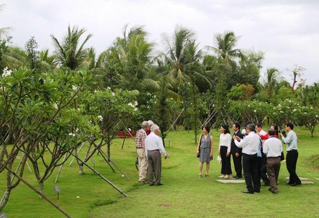 GS. Gerard 't Hooft thăm và chụp hình tại vườn cây Nobel mà các nhà Nobel đã trồng tại Trung tâm ICISE