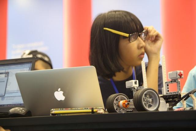 Ngoài lắp ráp robot, các em còn được dạy để lập trình phần mềm trên máy tính, nhằm điều khiển các hoạt động của robot một cách thuần thục.