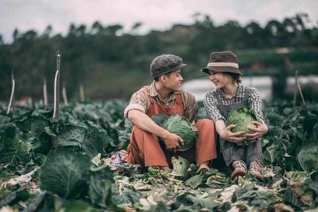 Thay vì chỉ chụp bộ ảnh cưới truyền thống như bao người, cặp đôi Xuân Tươi và Anh Vũ lại quyết định chọn cánh đồng bắp cải để ghi dấu kỷ niệm ngày về chung một nhà, tuy giản dị nhưng lại vô cùng lãng mạn.