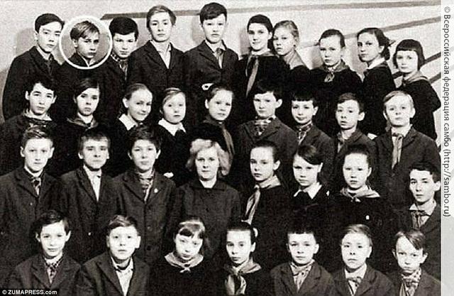 Ông Putin (khoanh tròn) chụp ảnh với bạn cùng lớp.