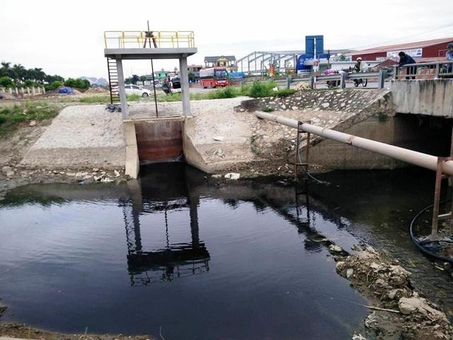Nước thải của KCN Gián Khẩu chảy ra kênh tưới tiêu của huyện Gia Viễn, sau đó một là xả trực tiếp ra sông Đáy, hai là hòa tan với nước từ sông Đáy bơm lên tưới cho diện tích hoa màu của hàng nghìn hộ dân trong vùng.