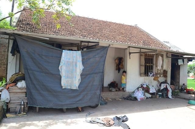 Ngôi nhà tồi tàn của gia đình chị Khánh , nằm chơ vơ giữa cánh đồng