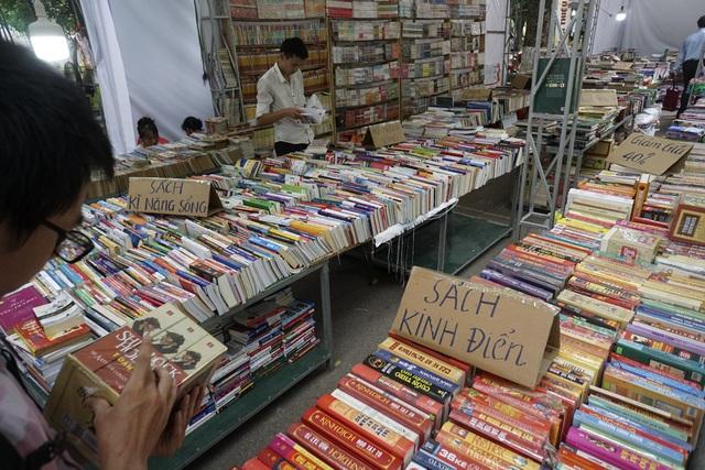 Bên cạnh nhiều quầy sách được trang trí cầu kì ngay ngắn, có khá nhiều quầy sách được bày bán đơn giản, giống như những sạp bán trên vỉa hè.