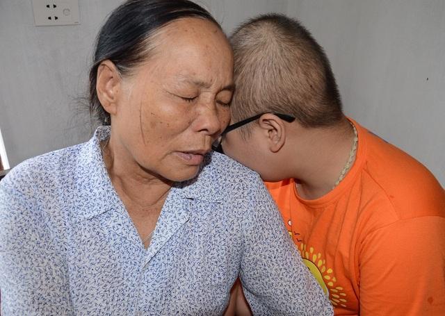 Bà nội tan nát cõi lòng, khi chứng kiến đứa cháu yêu quý đang chết dần chết mòn vì bệnh tật hiểm nghèo