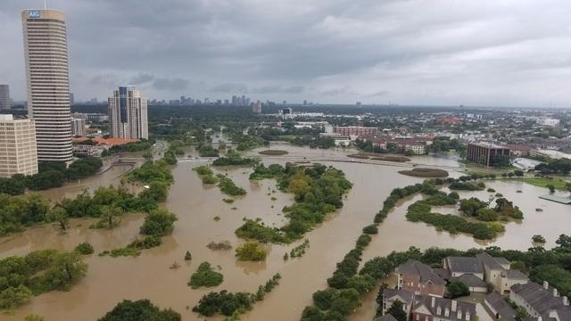 Toàn cảnh khu công viên Buffalo Bayou trước và sau cơn bão.