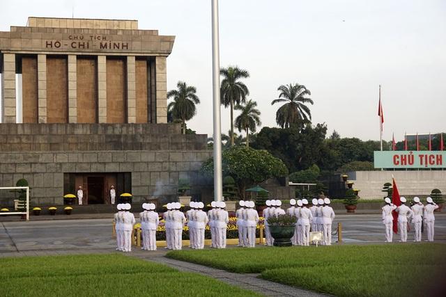 Toàn bộ đội nghi lễ hướng về lăng Chủ tịch Hồ Chí Minh thực hiện nghi thức chào cờ.