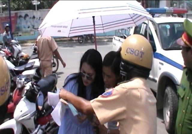 Vi phạm giao thông, diễn viên Ngọc Lan được người thân tiếp nước, che dù…ký biên bản - 4