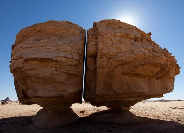 Vết cắt hoàn hảo tới khó tin của một tảng đá lớn khiến nó bị chia thành 2 nửa tách rời.