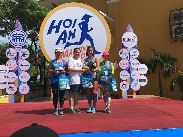 Trao giải cho 3 VĐV nữ về nhất, nhì, ba ở nội dung 42km