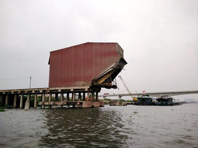 Một cảng bốc dỡ hàng xây dựng trái phép, vi phạm luật đê điều và phòng chống thiên tai, cản trở các phương tiện thủy qua lại.