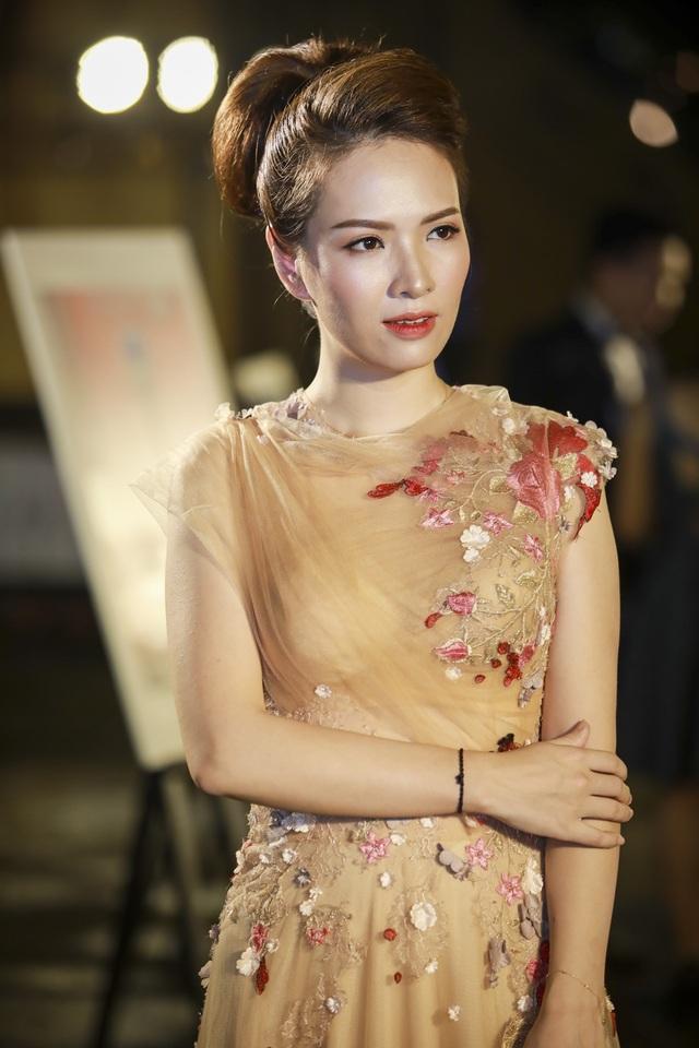 Á hậu Dương Tú Anh đẹp xuất thần trong thiết kế áo dài dát vàng - 10