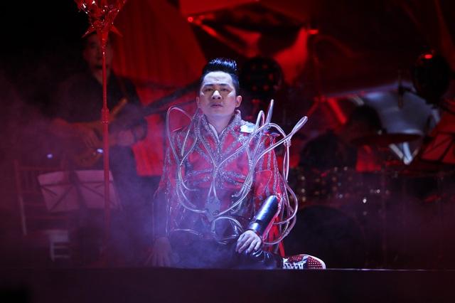 Xem lại khoảnh khắc Tùng Dương ngồi sụp, bật khóc trên sân khấu - 5