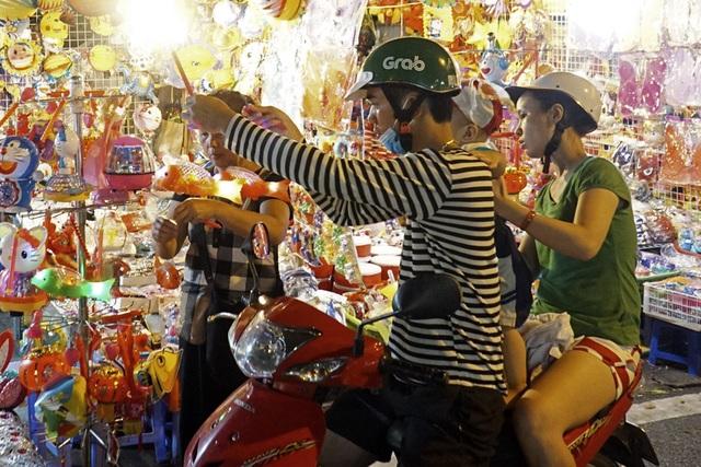 Chợ Trung thu phố cổ Hà Nội rực rỡ sắc màu - 6