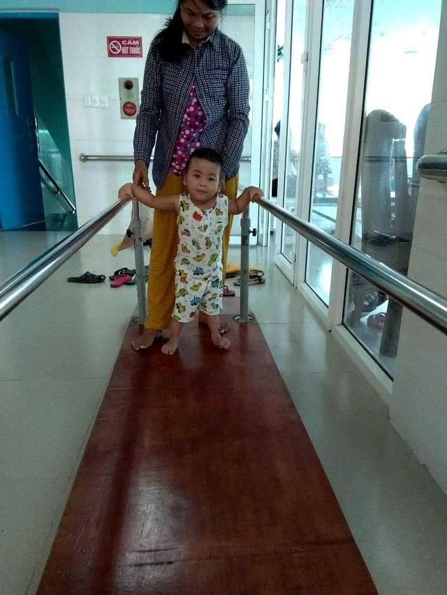 Hiện tại mỗi ngày cháu đều phải tập tại bệnh viện, nhìn cháu bước đi từng bước khó khăn mà ai cũng thấy xót xa