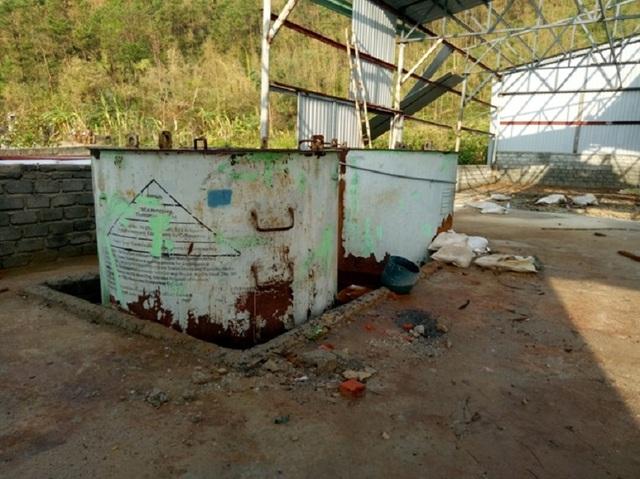 Những bể hoá chất trong nhà kho bỏ hoang