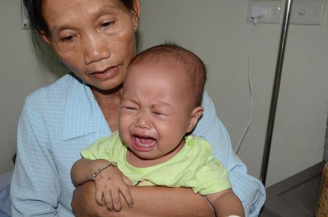 Ánh mắt lo lắng, bồn chồn hiện rõ trên gương mặt của những người thân của bé