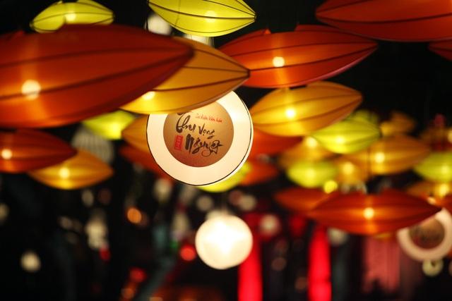 Tác phẩm Dòng sông ánh sáng được tạo nên bởi hàng trăm chiếc đèn lồng treo dọc từ cổng Văn Miếu Môn vào phía trong.