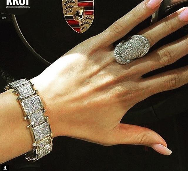 Ngồi trên xe sang đẳng cấp phải đi cùng nhẫn kim cương và lắc tay kim cương sành điệu mới đủ bộ
