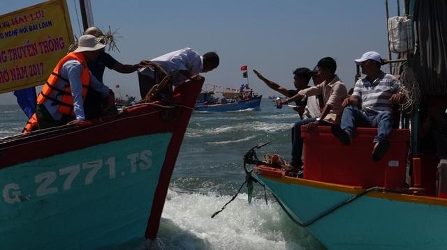 Đôi lúc di chuyển quá gần nên làm nhiều ngư dân một phen hú vía
