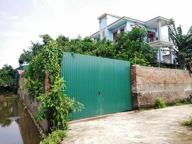 Xung quanh cơ sở sản xuất này là hệ thống tường rào cao, cửa đóng kín khó để nhìn vào bên trong.