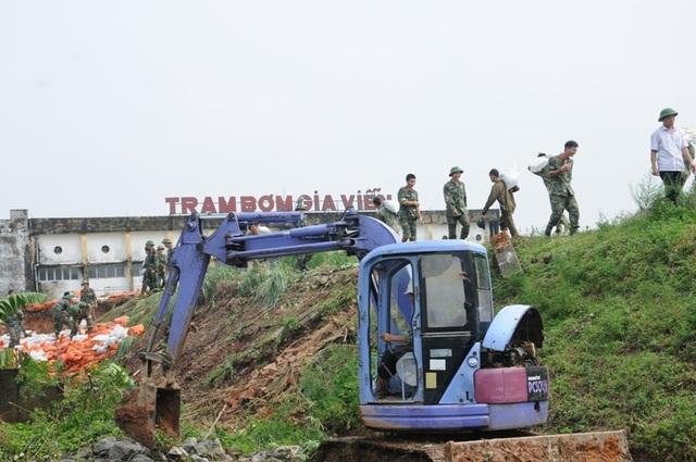 Sau một ngày xung trận cật lực, hơn 700 chiến sĩ đã hoàn thành xuất sắc nhiệm vụ, trạm bơm sớm hoạt động trở lại, giúp nông dân cứu được gần 6 nghìn ha lúa mùa.
