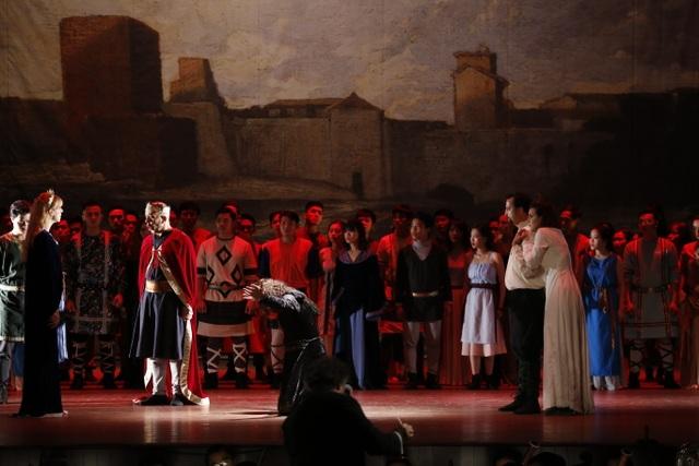 """Hoàng hậu Frédégonde tàn nhẫn, lạnh lùng, độc ác phán quyết con trai vua Hilperic phải chết """"Yếu tố quan trọng nhất trong nhạc kịch là màu giọng. Tôi phải nghiên cứu rất nhiều về tính cách của nhân vật, ác độc, khát máu như Frédégonde thì màu giọng phải tối. Phải tìm ra những cực thấp nhất và cao nhất của giọng hát cho nhân vật để diễn tả kịch tính qua giọng hát. Khác với sân khấu kịch nói là diễn biến câu chuyện và tính chất nhân vật sẽ thể hiện qua hành động kịch và lời thoại, ở nhạc kịch tất cả phải biểu hiện qua tiếng hát"""" – Trả lời phỏng vấn của phóng viên, ca sĩ giọng nữ cao Sophie Leleu, người vào vai nhân vật chính Frédégonde cho biết."""