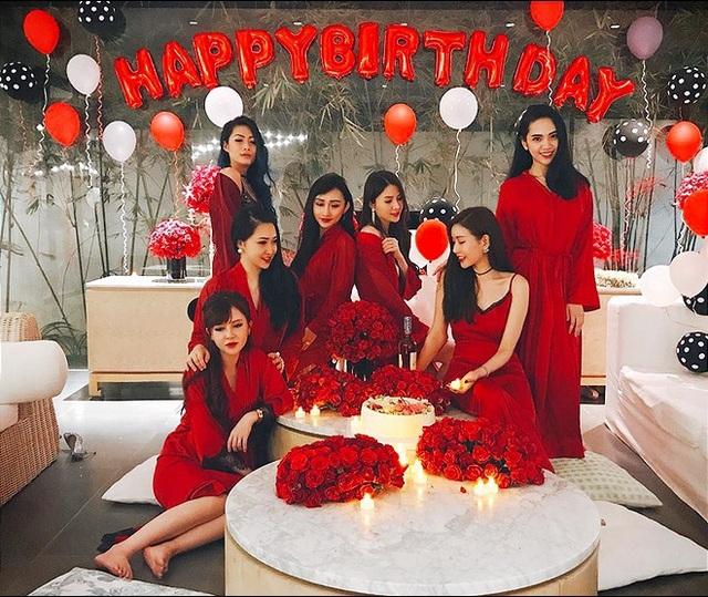 8 bà mẹ trẻ này là: Lam Cúc, Đăng Thư, Phương Thảo, Xuân Nghi, Thúy Vân, Quỳnh Đặng, Thiên Vân và Donna Huỳnh. Họ đều là những phụ nữ nổi tiếng trên mạng xã hội.
