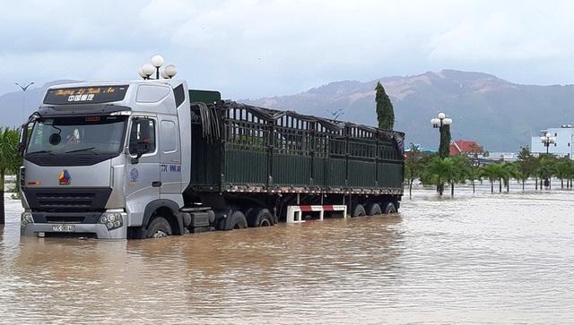 Nước lũ dâng nhanh khiến tuyến đường Hùng Vương (TP Quy Nhơn) ngập nặng