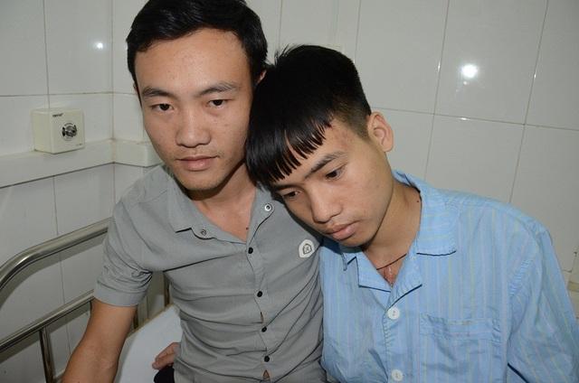 """Ánh mắt lo âu hiện rõ trên gương mặt người anh trai Lò Văn Vũ, trước tình cảnh """"thập tử nhất sinh"""" của em trai."""