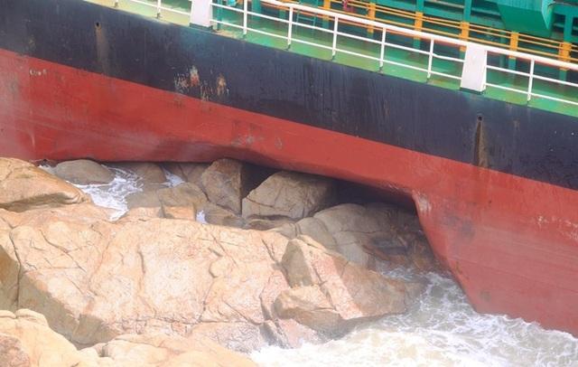 Tàu hàng bị đánh dạt vào ghềnh đá gây hư hỏng nghiêm trọng