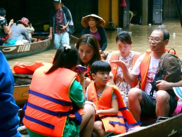 Nhiều khách du lịch hiếu kỳ với nước lụt dâng cao tại Hội An