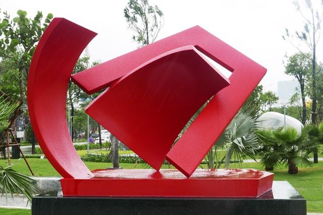 Tác phẩm của Papua New Guinea - quốc gia chủ nhà Năm APEC tiếp theo.  Phát biểu tại lễ khai trương, Phó Thủ tướng Phạm Bình Minh nhấn mạnh, công viên là nỗ lực góp phần mở rộng và làm sâu sắc hiểu biết của người dân về APEC, kết nối người dân trong khu vực và thúc đẩy giao lưu văn hóa.