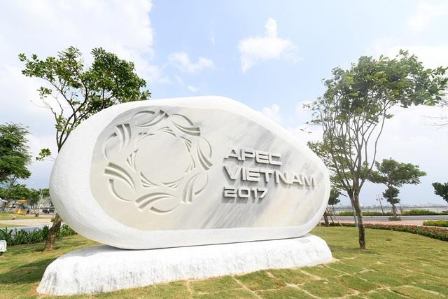 Công viên APEC được xây dựng bên sông Hàn, ngay gần cầu Rồng.