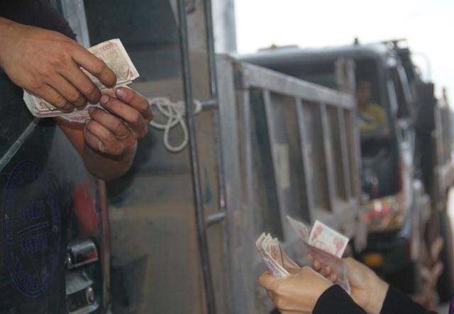 Tài xế dùng tiền 500 đồng để mua vé qua trạm thu phí